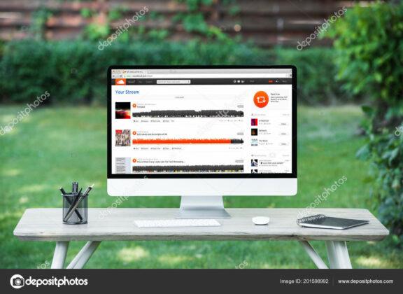 depositphotos_201598992-stock-photo-selective-focus-computer-soundcloud-website